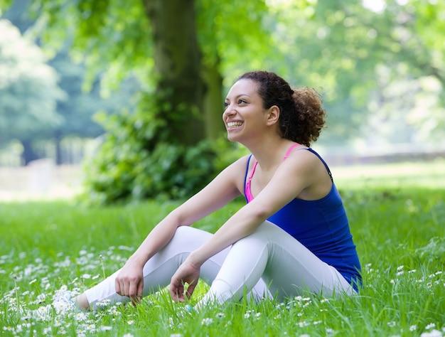 Młoda kobieta odpoczywa po treningu