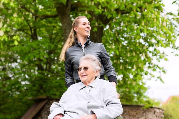 Młoda kobieta odwiedza babcię w domu opieki