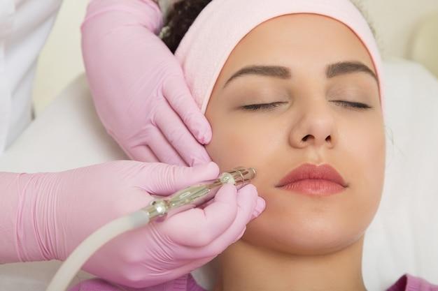 Młoda kobieta odwiedza dziś kosmetologa. narzędzie w ręku