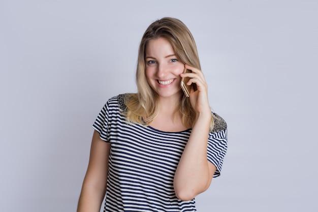 Młoda kobieta opowiada na smartphone