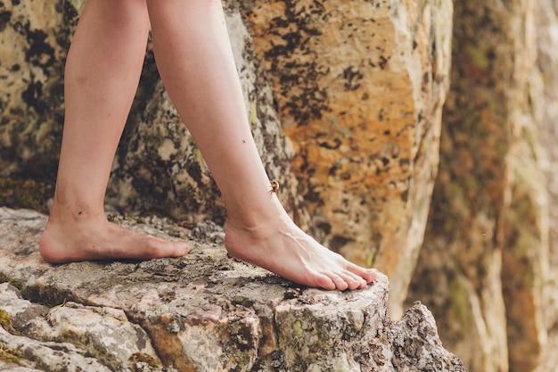 Młoda kobieta osiągająca szczyt góry.