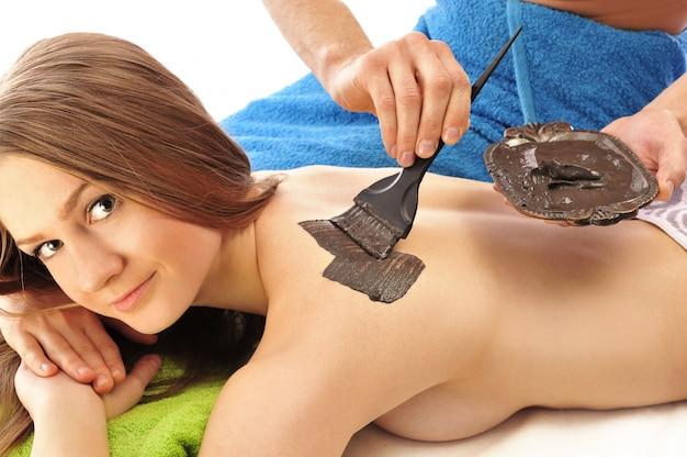 Młoda kobieta otrzymujących leczenie w salon piękności.