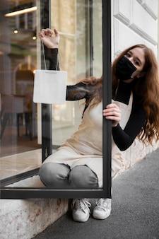 Młoda kobieta, otwierając restaurację