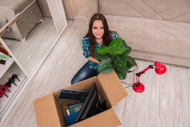 Młoda kobieta pakuje rzeczy osobiste