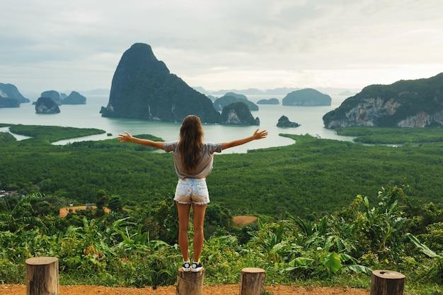 Młoda kobieta, patrząc na piękny krajobraz w zatoce phang nga
