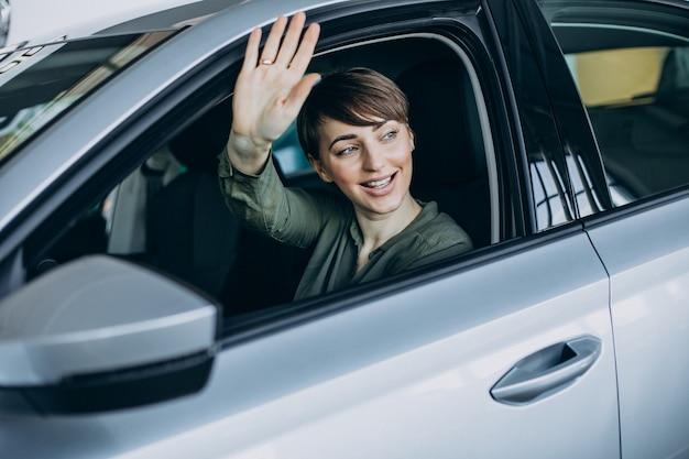 Młoda kobieta, patrząc przez okno samochodu