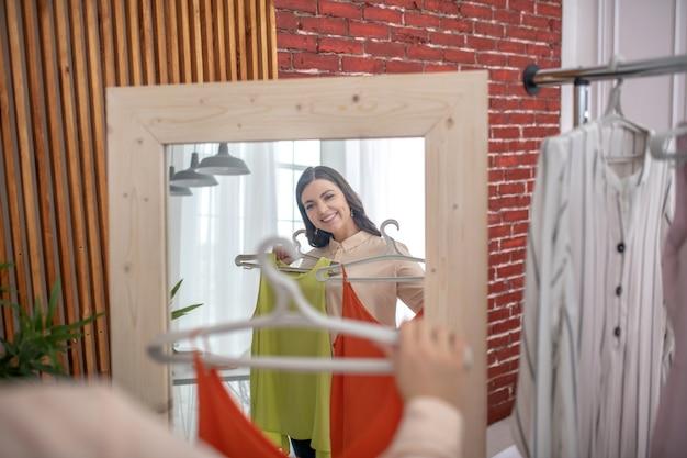 Młoda kobieta patrząc w lustro