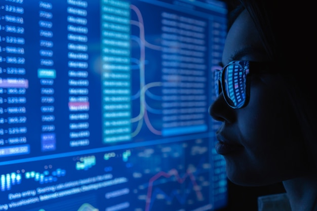 Młoda kobieta patrząca na niebieski ekran