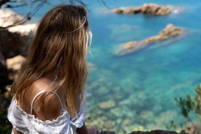 Młoda kobieta patrząca na piękny widok natury