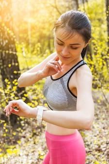 Młoda kobieta patrzeje jej zegarek