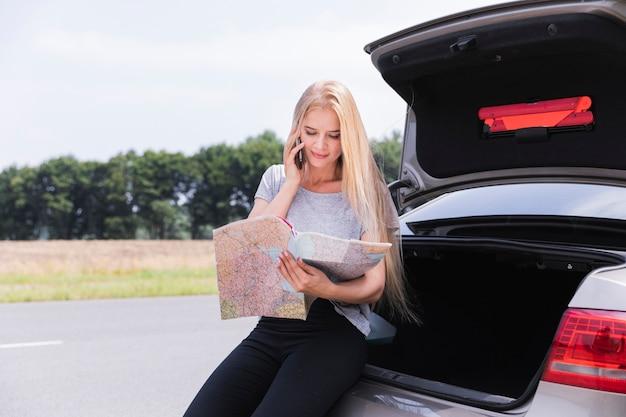 Młoda kobieta patrzeje mapa środka strzał