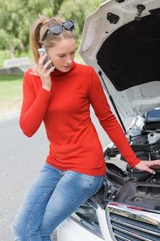 Młoda kobieta patrzeje silnika