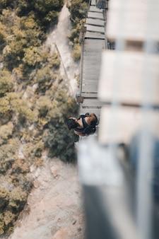 Młoda kobieta patrzy w dół na wiszące schody