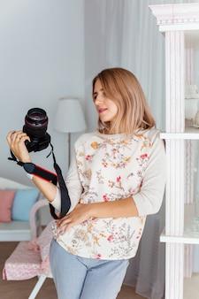 Młoda kobieta patrzy w kamerę