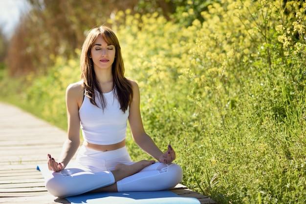 Młoda kobieta piękne temu jogi w charakterze