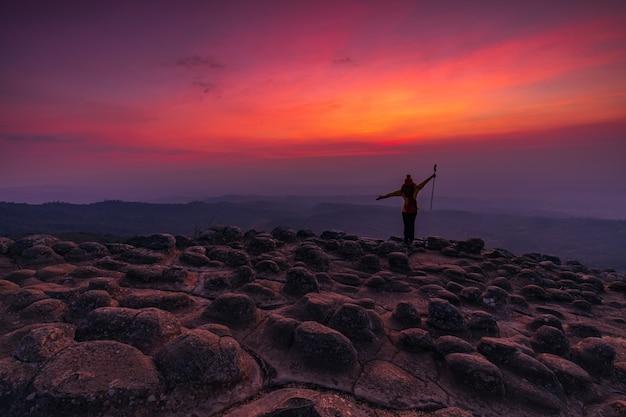 Młoda kobieta piesze wycieczki w góry