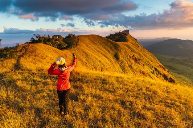 Młoda kobieta piesze wycieczki w góry.