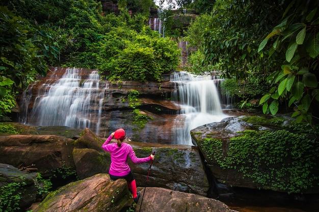 Młoda kobieta piesze wycieczki w wodospad