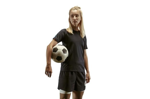 Młoda kobieta piłka nożna lub piłkarka z długimi włosami w odzieży sportowej i butach trenujących na
