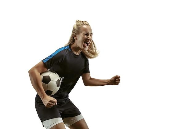 Młoda kobieta piłka nożna lub piłkarz z długimi włosami w odzieży sportowej i butach trenujących na białym tle
