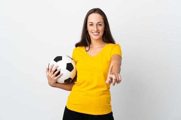 Młoda kobieta piłkarz na białym tle pokazując i podnosząc palec