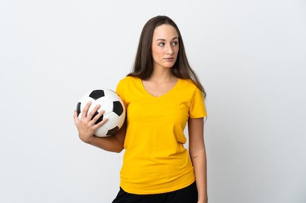 Młoda kobieta piłkarz na białym tle