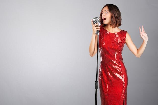 Młoda kobieta piosenkarka