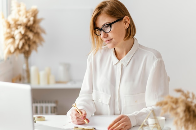 Młoda kobieta pisze książkę