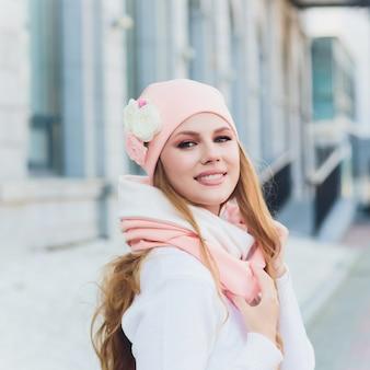 Młoda kobieta plenerowy portret z kapeluszem