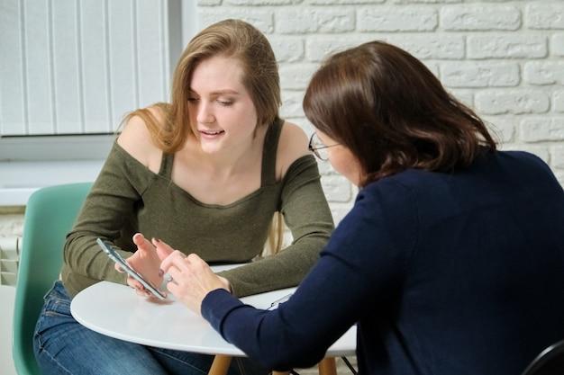 Młoda kobieta po konsultacji z psychologiem specjalistą. dziewczyna opowiada psychoterapeucie o swoich przeżyciach emocjonalnych