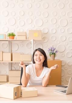 Młoda kobieta po nowym zamówieniu od klienta