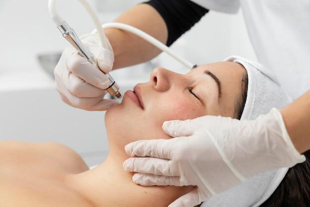 Młoda kobieta po zabiegu pielęgnacji skóry