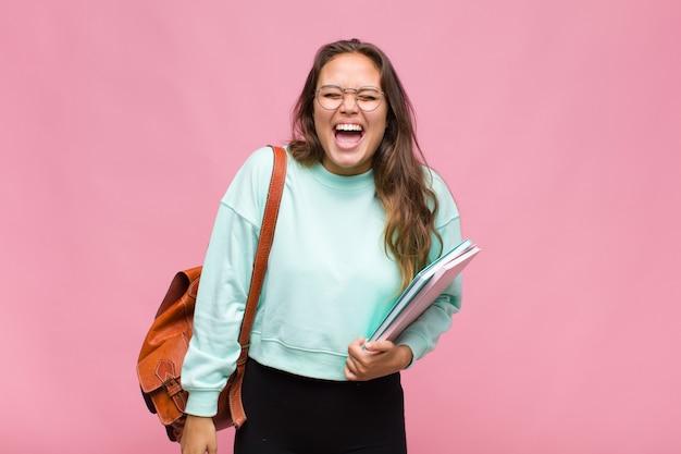 Młoda kobieta pochodzenia latynoskiego agresywnie krzycząca, wyglądająca na bardzo zła, sfrustrowana, oburzona lub zirytowana, krzycząca nie