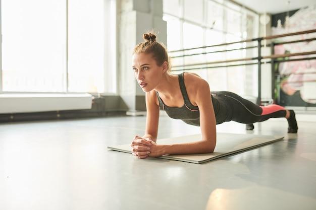 Młoda kobieta, poćwiczyć