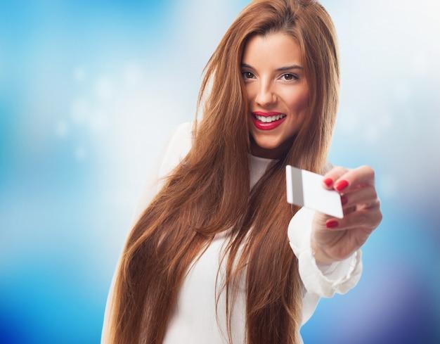 Młoda kobieta podając kartę bankową