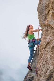 Młoda kobieta podczas wspinaczki skałkowej