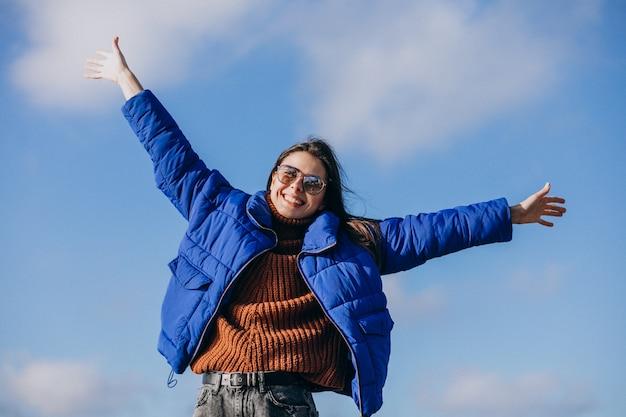 Młoda kobieta podróżnik w niebieskiej marynarce