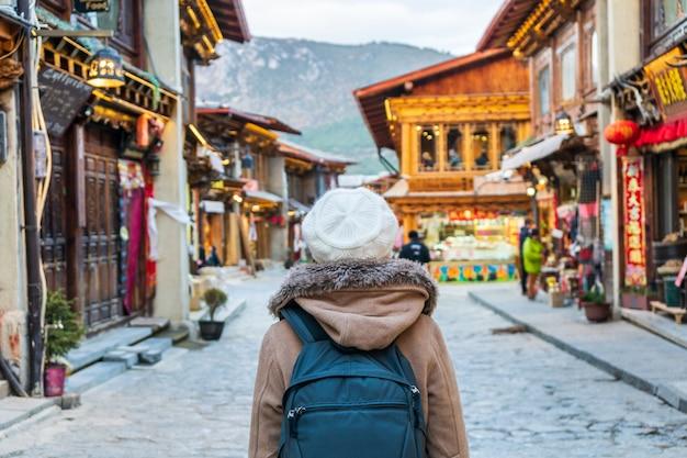 Młoda kobieta podróżnika odprowadzenie w starym miasteczku, los angeles, podróż stylu życia pojęcie