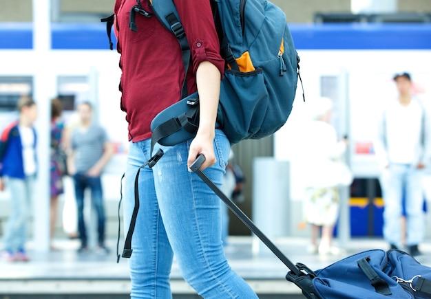 Młoda kobieta podróżnika