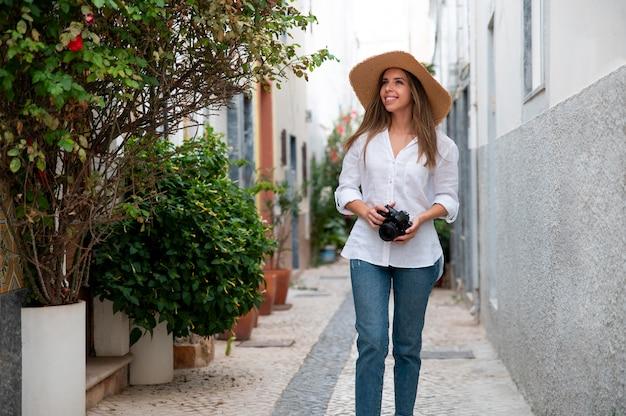 Młoda kobieta podróżująca bez covid w mieście