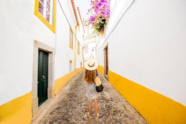 Młoda kobieta podróżująca na ulicy na starym mieście evora w portugalii