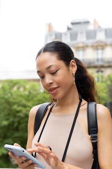 Młoda kobieta podróżuje i bawi się w paryżu
