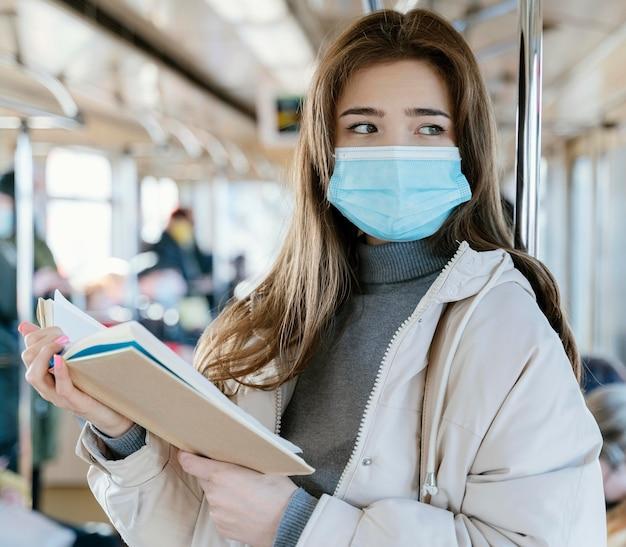 Młoda Kobieta Podróżuje Metrem, Czytając Książkę Darmowe Zdjęcia