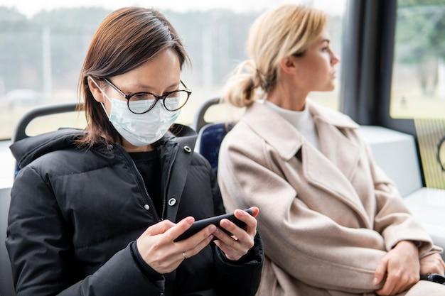 Młoda kobieta podróżuje z maską chirurgiczną