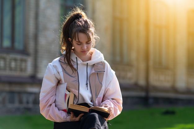 Młoda kobieta podświetlana przez ciepłe świecące słońce