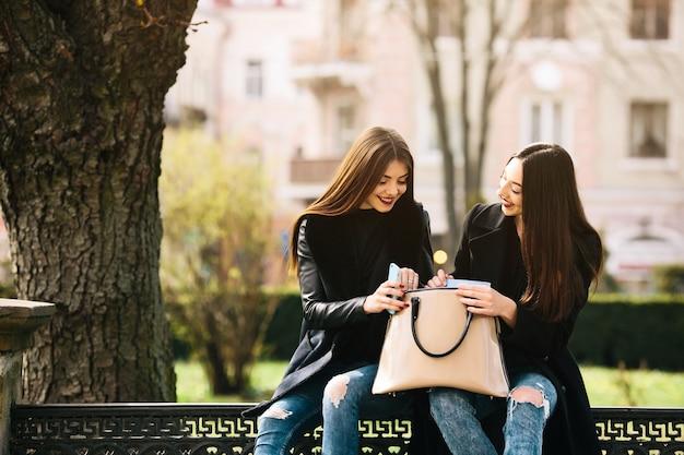 Młoda kobieta pokazano coś do swojego przyjaciela