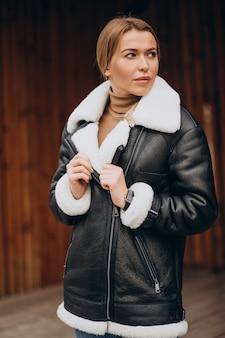Młoda kobieta, pokazując górne ubrania