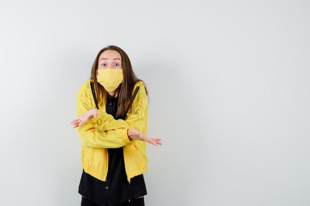 Młoda kobieta pokazująca bezradny gest
