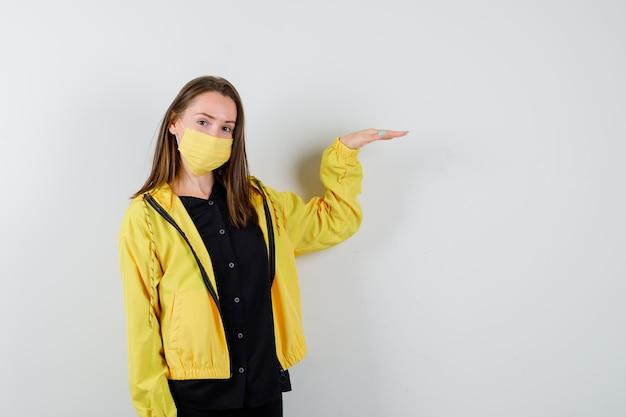 Młoda kobieta pokazująca gest wzrostu
