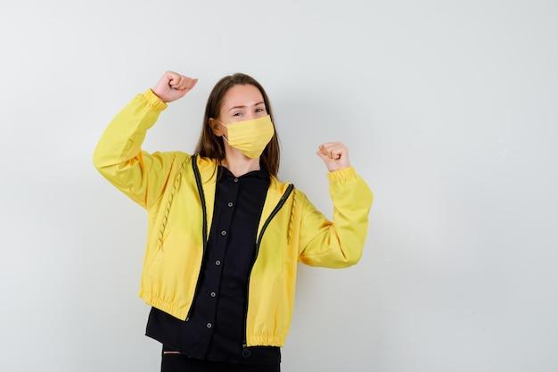 Młoda kobieta pokazująca gest zwycięzcy
